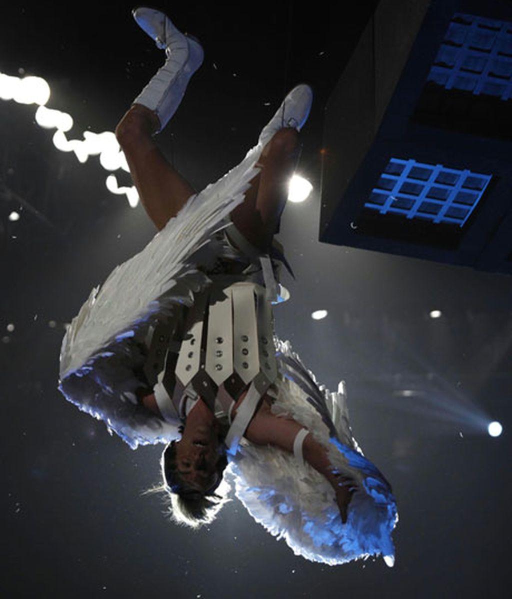 Un ángel aterriza sobre la cara de Eminen