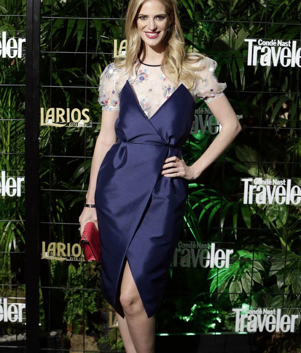 Teresa Baca con vestido azul satinado
