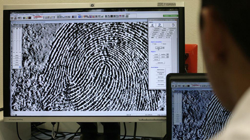 Investigación de un delito mediante huellas digitales y ADN