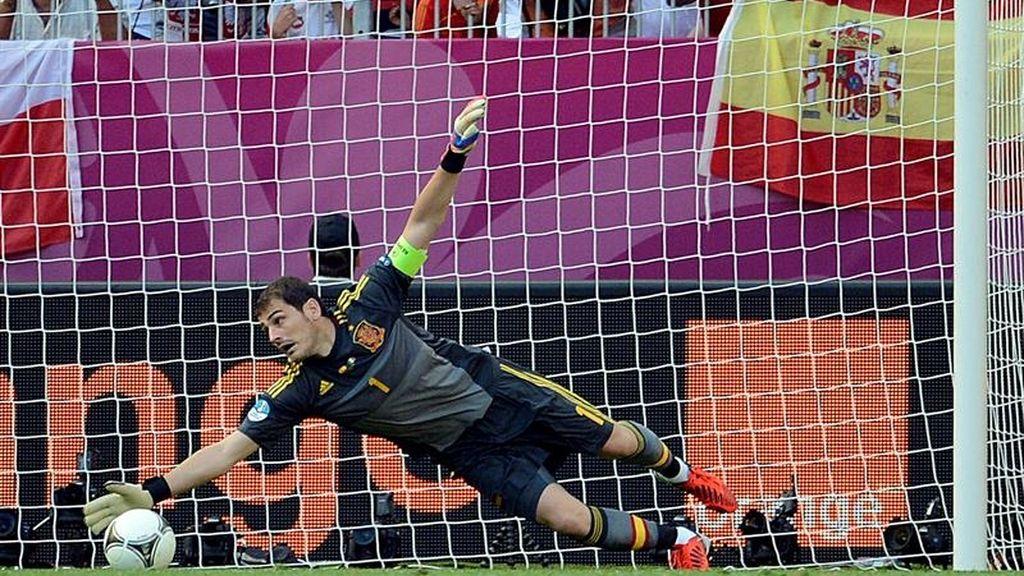 Casillas despeja un disparo en el Italia-España