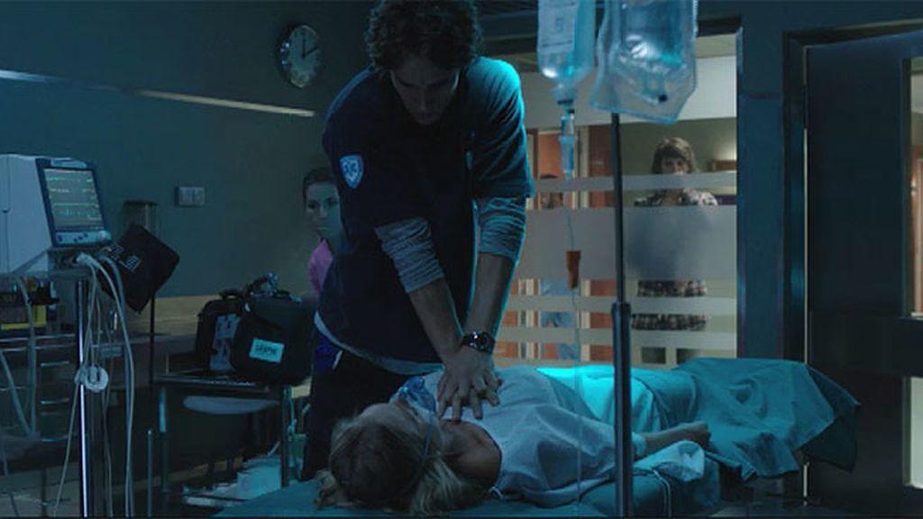 El médico intenta reanimar a Alba, pero Nuria le pide que se dé por vencido