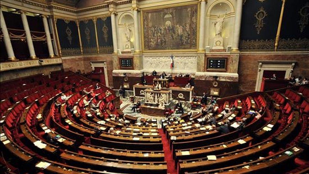 Vista de la Asamblea Nacional de Francia que muestra poca asistencia mientras la ministra francesa de Justicia, Michele Alliot-Marie pronuncia un discurso hoy, martes 6 de julio de 2010, durante su participación en una sesión de la Asamblea en París (Francia). El Parlamento francés comenzó el debate de la posible prohibición al uso de velos islámicos en público. La legislación que se encuentra en la cámara baja convertiría en ilegal el uso del burka en cualquier espacio público. EFE