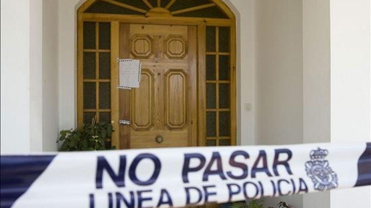 Imagen de la entrada de la casa de la urbanización La Belleza de El Puerto de Santa María (Cádiz) donde han aparecido un hombre y una mujer muertos. EFE