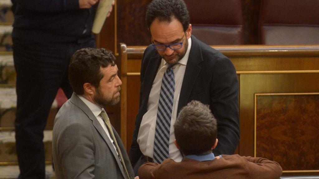 Los diputados Miguel Gutiérrez Antonio Hernando e Íñigo Errejón en el Congreso