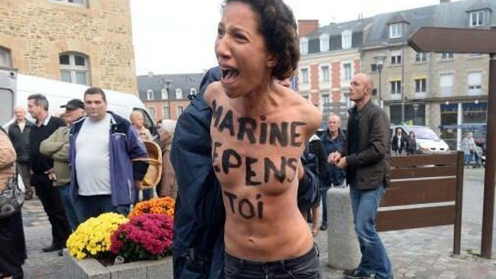 Una activista de FEMEN se desnuda cerca de Marine Le Pen