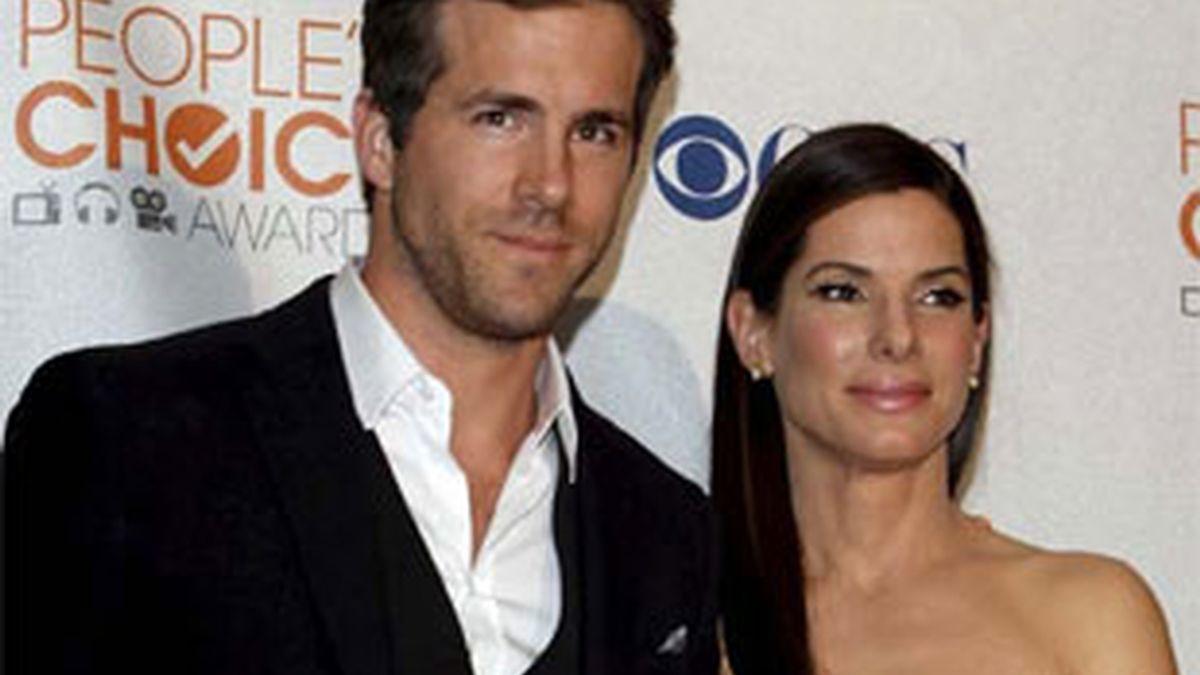 Imagen de archivo de los conocidos actores Ryan Reynolds y Sandra Bullock. Foto: EFE.