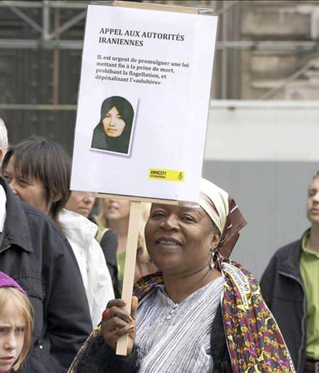 Una mujer participa en una manifestación contra la condena de lapidación a la iraní Sakineh Ashtiani el pasado 8 de junio de 2010. EFE/Archivo