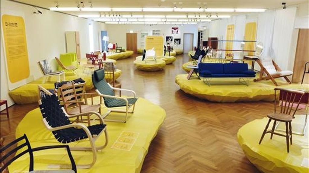 """Algunas de las obras de la exposición """"Fenómeno Ikea"""" que se exhiben en el Museo del Mueble de Viena. Los utensilios de esta marca sueca están en millones de hogares de 39 países de cuatro continentes y han cambiado la forma de entender el mobiliario. La exposición, abierta hasta el próximo 11 de julio, no pretende hacer publicidad de la marca ni ser una muestra de Ikea, sino sobre Ikea. EFE"""