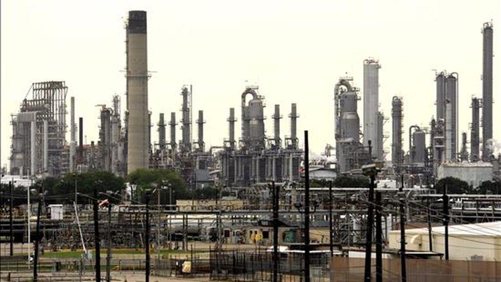 Vista de la refinería de la petrolera anglo-holandesa Royal Dutch Shell en Bayton. EFE/Archivo