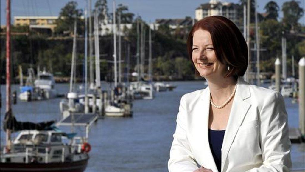 La primera ministra australiana, Julia Gillard, posa hoy junto al río Brisbane (Australia). EFE