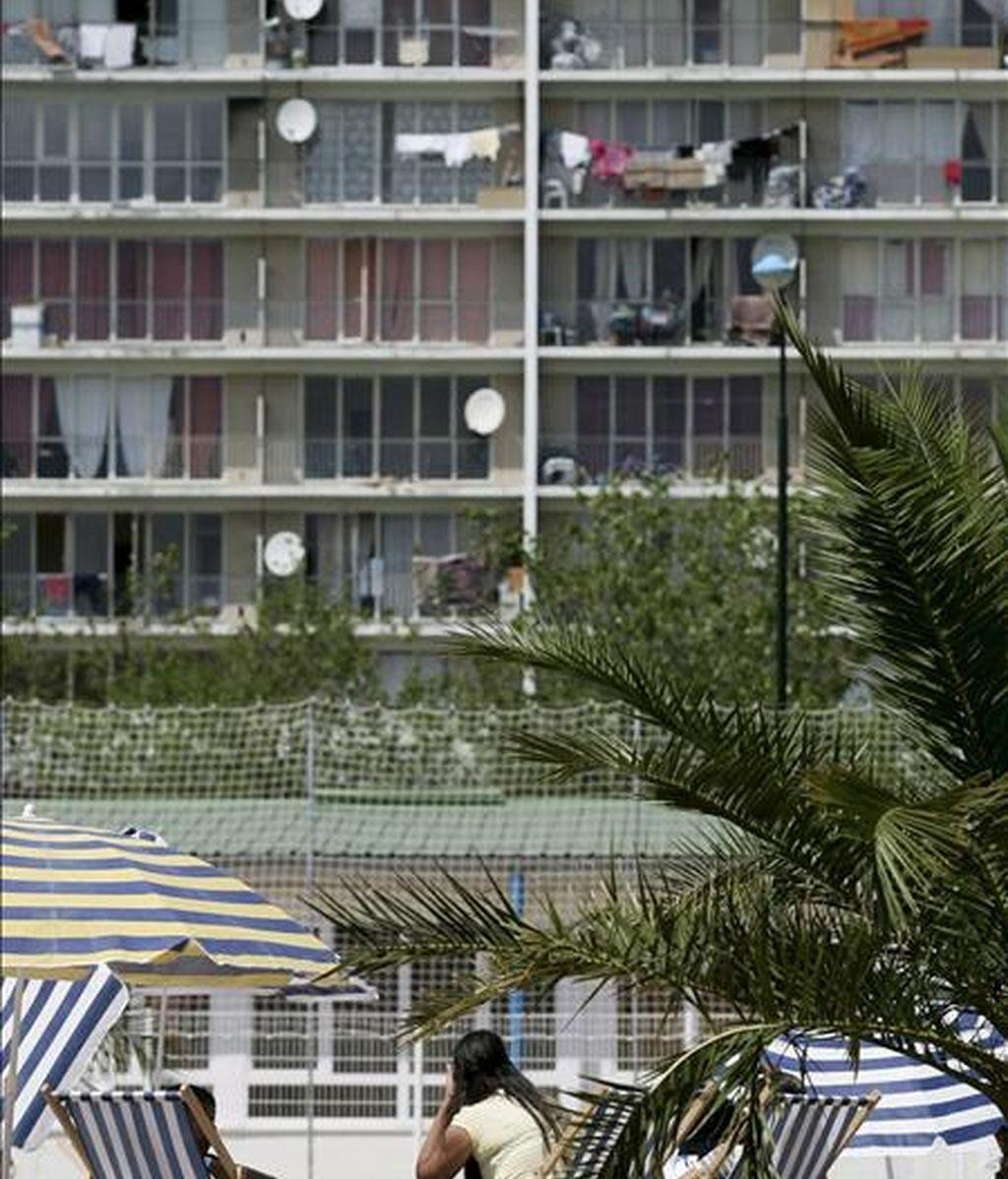 Turistas frente a un grupo de apartamentos de playa. EFE/Archivo