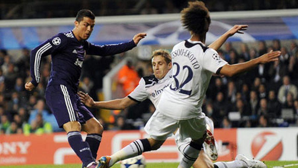 Cristiano Ronaldo lanza a puerta contra el Tottenham Hotspur en el estadio White Hart Lane de Londres. Foto: EFE.