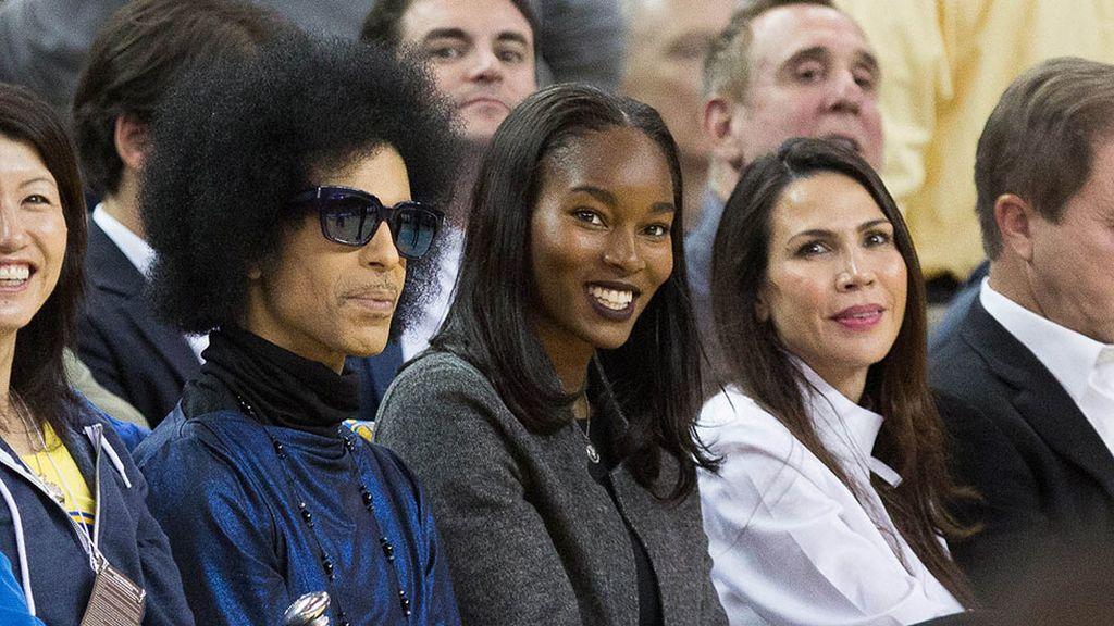 El cantante Prince causa sensación en la NBA (04/03/2016)