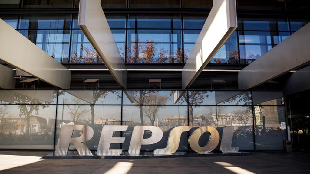 Logotipo de Repsol en la puerta de la sede central de la petrolera en Madrid