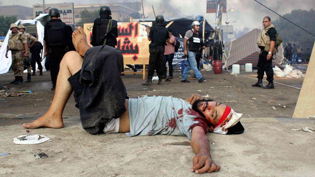Un manifesante herido yace en el suelo