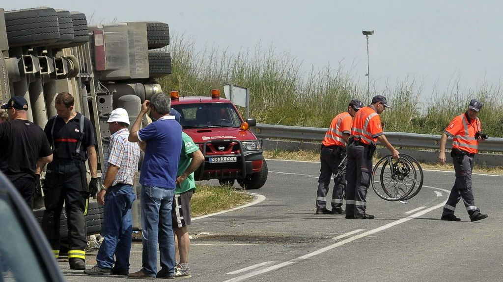 Mueren dos ciclistas al volcar un camión en Navarra