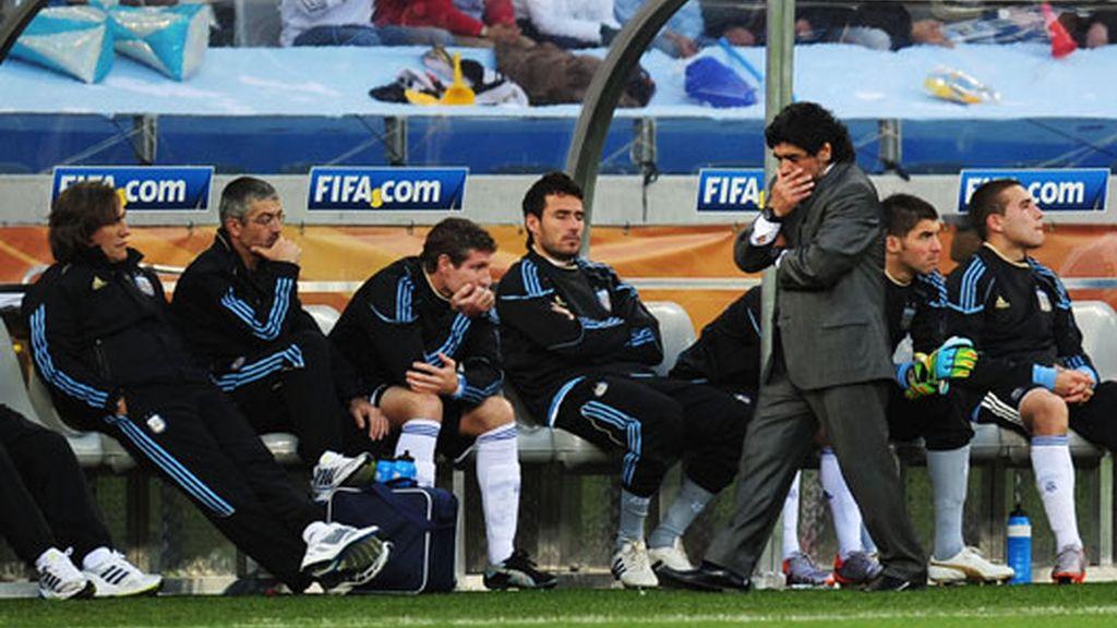 Maradona se va del Mundial con una goleada humillante. VÍDEO: Informativos Telecinco.