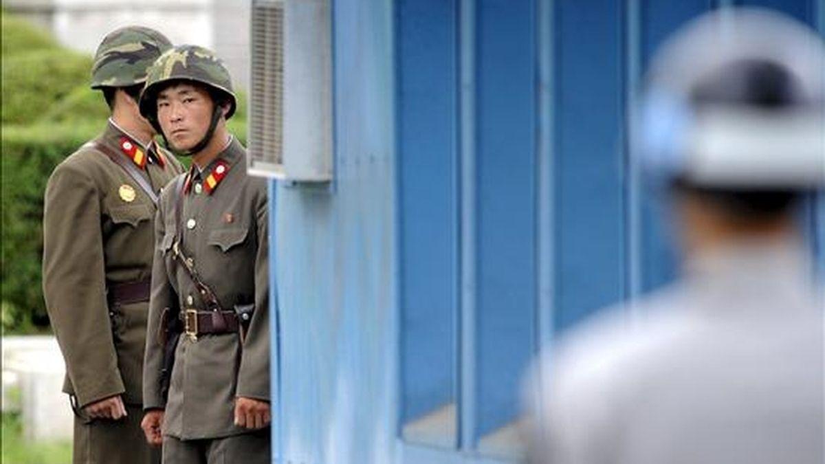 Fotografía de archivo fechada el 27 de julio de 2010 que muestra dos soldados norcoreanos durante una ceremonia con motivo del 57 aniversario de la firma del armisticio que puso fin a la guerra entre Corea del Norte y del Sur, en la aldea surcoreana de Panmunjom. Corea del Norte renovó hoy, 8 de enero de 2011, su petición de diálogo a Seúl. EFE