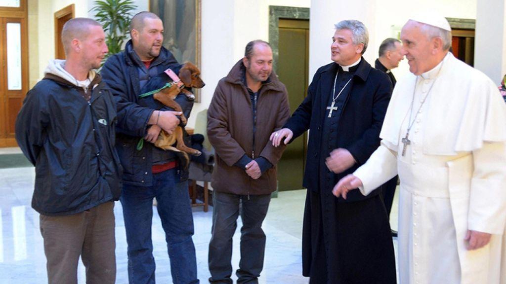 El papa celebra su cumpleaños invitando a desayunar a tres personas sin hogar