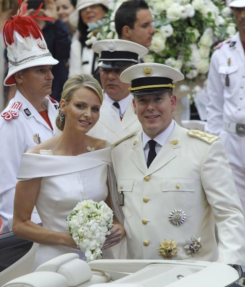 Alberto y su esposa salen del palacio Grimaldi