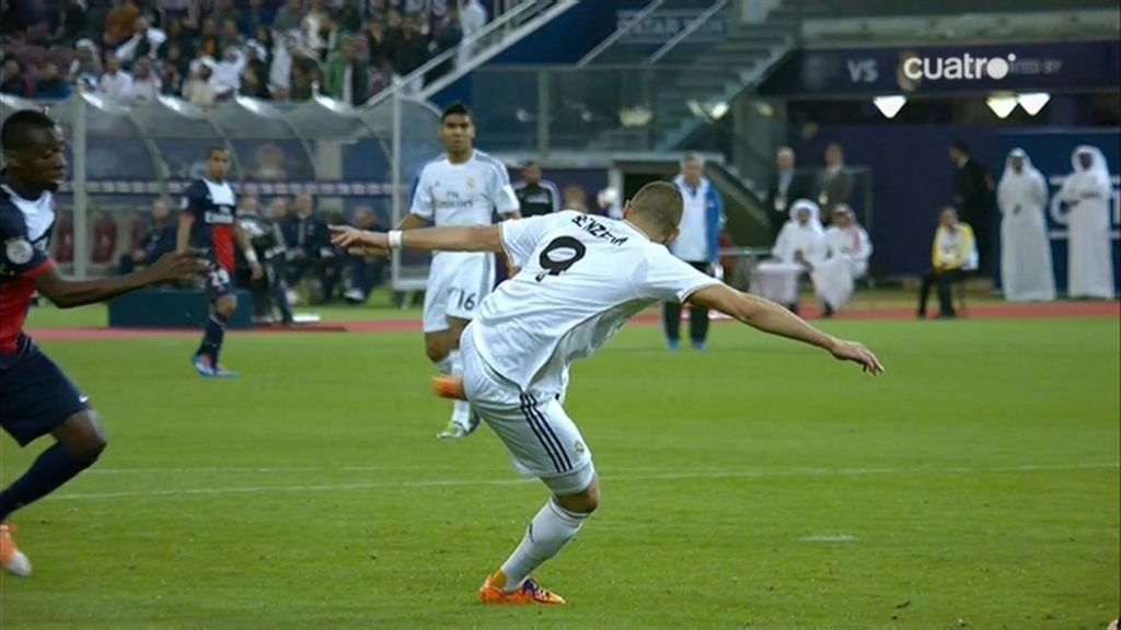 Benzema remata con la zurda al larguero