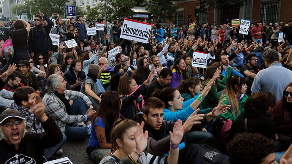 Decenas de personas se vuelven a concentrar en las cercanías del Congreso