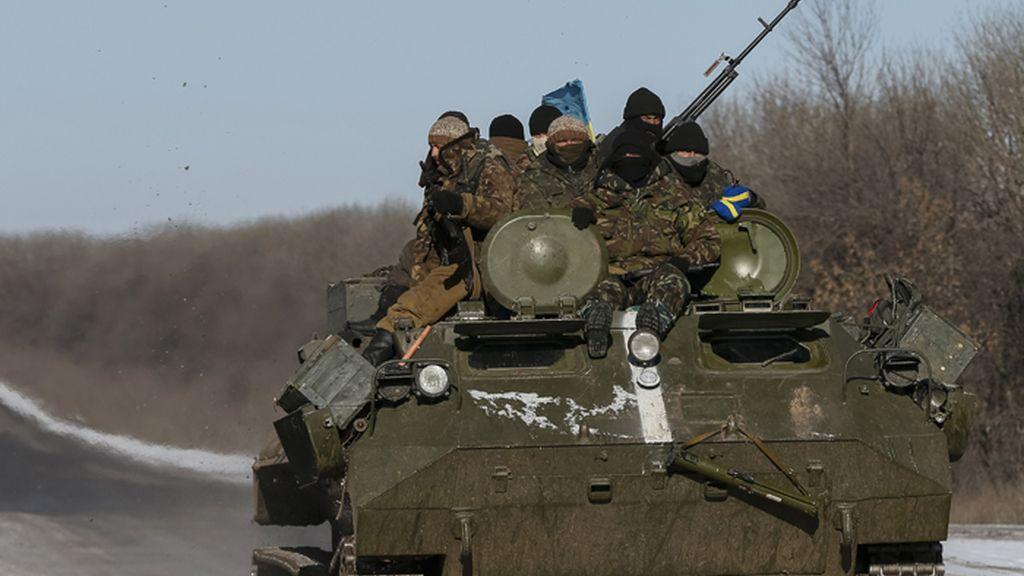 Soldados ucranianos avanzan en un tanque hacia la localidad de Debaltseve