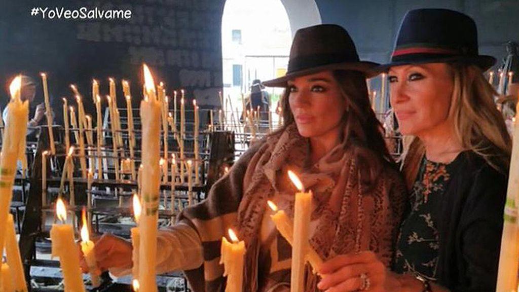 Los colaboradores bromean con los sombreros que ambas lucían