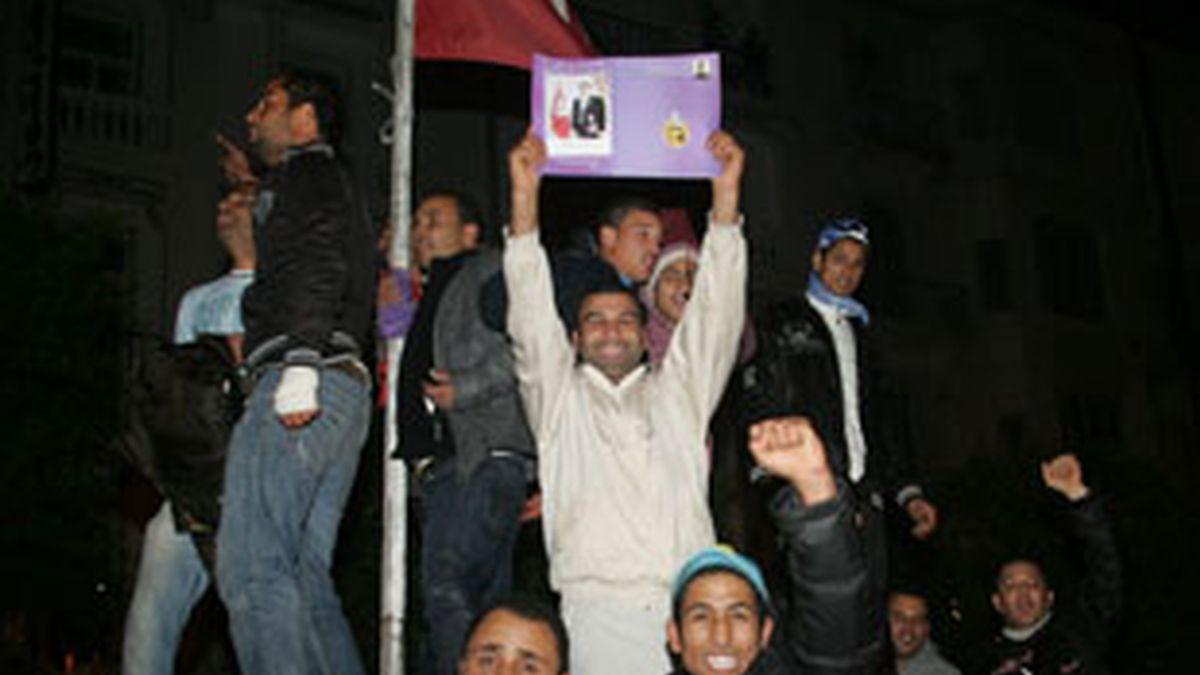 Varias personas se concentran frente al ministerio del Interior en la ciudad de Túnez para celebrar el anuncio del presidente. Foto: EFE