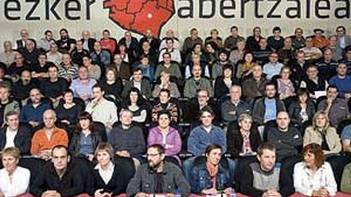 Miembros de la izquierda abertzale, durante la presentación del documento. Foto: EFE