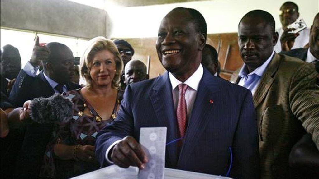 El candidato y ex primer ministro marfileño Alassane Dramane Ouattara vota junto a su mujer Dominique en un colegio electoral de Abiyán, Costa de Marfil, el pasado 31 de octubre. EFE/Archivo