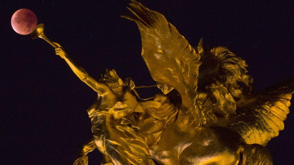 La 'superluna' junto a la estatua de Alexander III en París, Francia