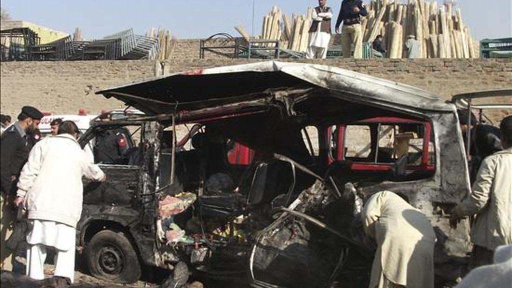 Miembros de las fuerzas de seguridad inspeccionan los restos de un vehículo tras registrarse un atentado suicida en un mercado de Kohat (Pakistán) hoy, 8 de diciembre de 2010. Un hombre detonó un explosivo que llevaba adosado a su cuerpo en un mercado en Kohat lo que causó la muerte de al menos quince personas y cerca de 10 heridos. EFE