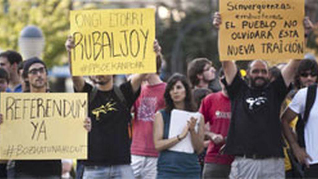 """Un grupo de """"indignados"""" se ha concentrado este jueves en Bilbao frente al hotel donde Alfredo Pérez Rubalcaba se reunía con empresarios vascos, para protestar por la reforma que pretende introducir el límite del déficit público en la constitución española. Foto: EFE."""