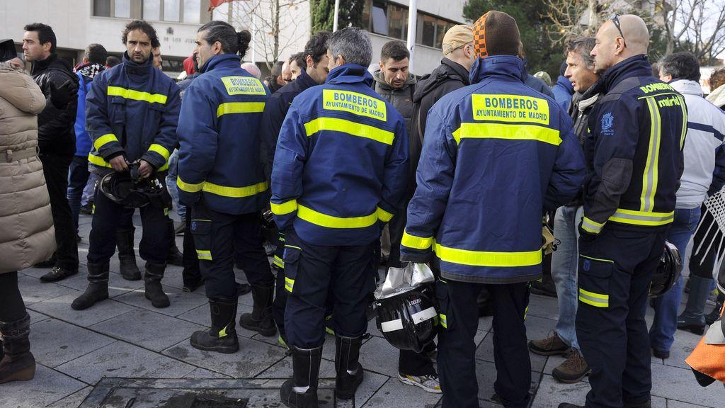 Bomberos de Madrid concentrados en los juzgados de Plaza de Castilla