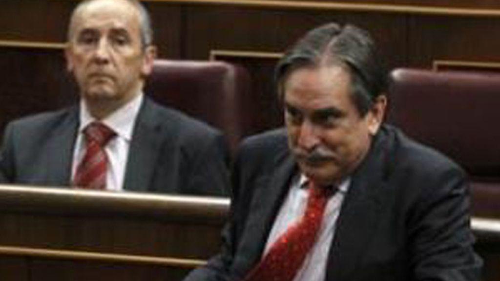 El Congreso de los Diputados convalidó el miércoles el Real Decreto-Ley de la reforma de la negociación colectiva gracias a las abstenciones de los grupos minoritarios. En la imagen, el ministro de Trabajo, Valeriano Gómez (C), en el Congreso el 22 de junio de 2011 en Madrid.