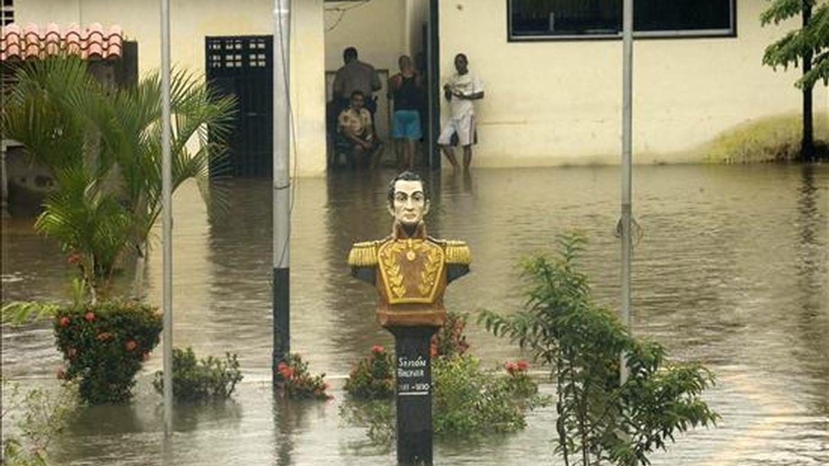 Un busto de Simón Bolívar es visto en una plaza inundada de Río Chico (Venezuela), país donde las autoridades continúan las labores de desalojo de zonas de riesgo y despeje de vías de comunicación afectadas por los fuertes aguaceros de los últimos días, que han dejado al menos 32 muertos y más de 70.000 afectados. EFE