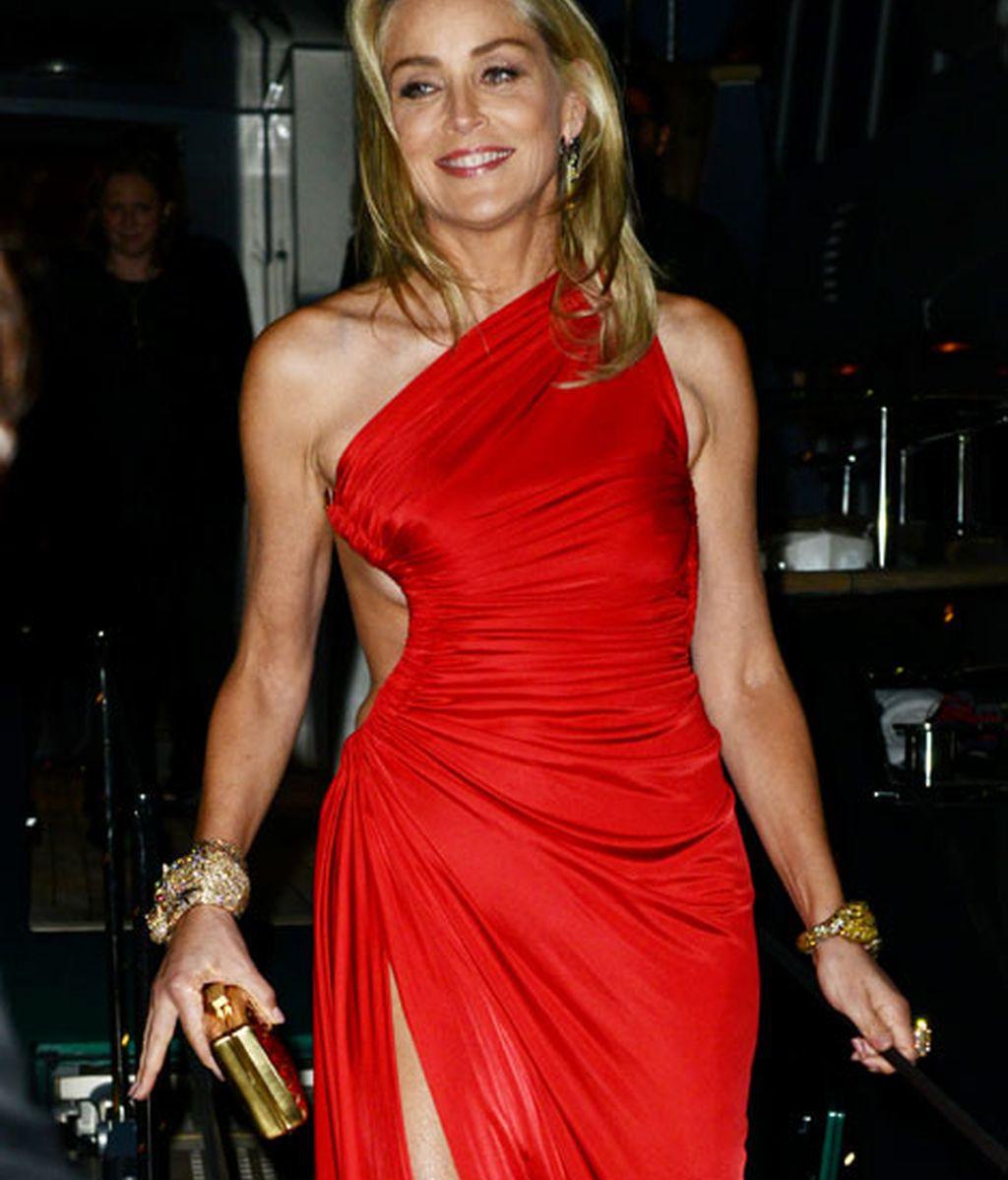 Sharon Stone deslumbró con un vestido largo en rojo satén
