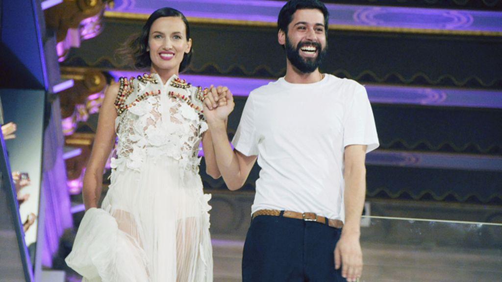 El diseñador saludó a los asistentes a su desfile junto a Nieves Álvarez