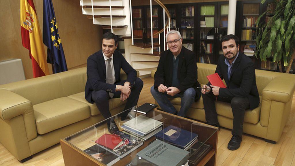 Pedro Sánchez se entrevista con los representantes de IU-Unidad Popular, Cayo Lara y Alberto Garzón