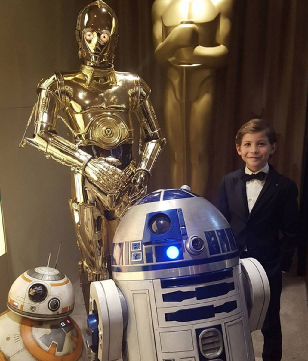 Jacob Tremblay posa junto a los androides de Star Wars