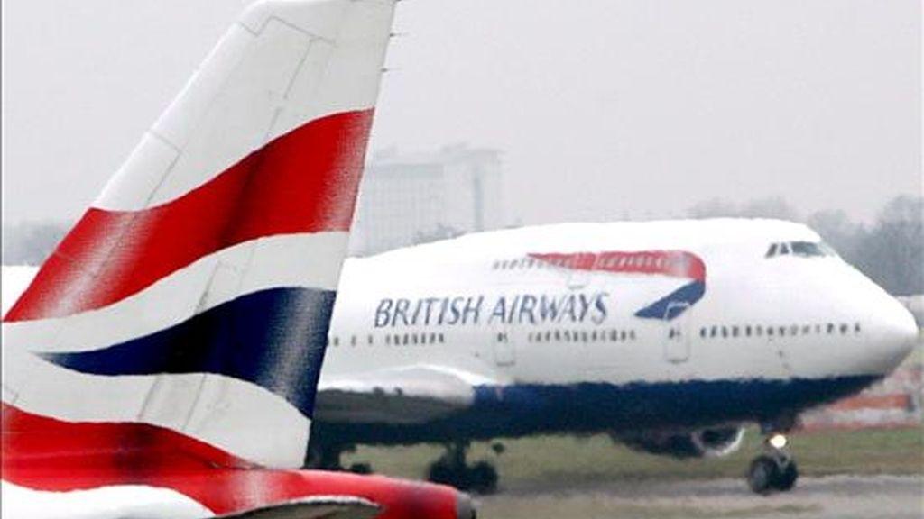 En la imagen, dos aviones de la aerolínea British Airways en el aeropuerto de Heathrow, Inglaterra, (Reino Unido). EFE/Archivo