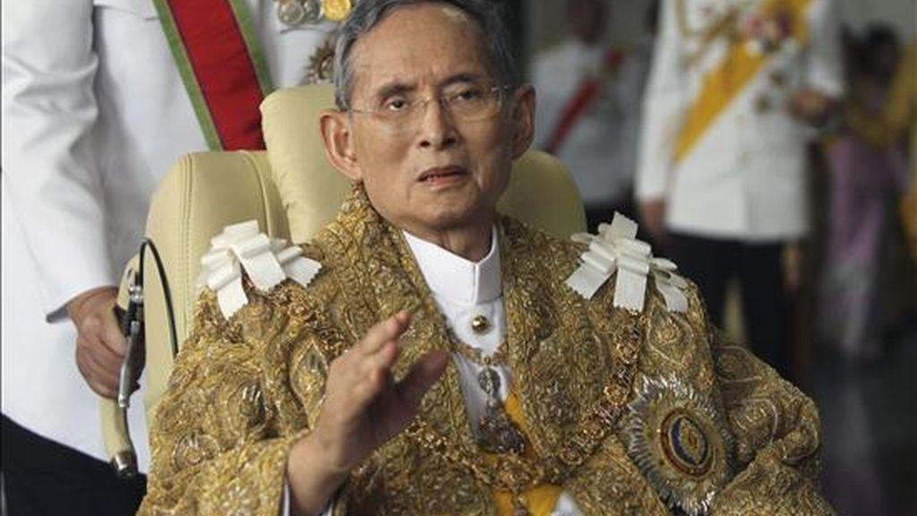 El rey Bhumibol Adulyadej de Tailandia agradece los buenos deseos tras regresar al hospital Siriraj de Bangkok (Tailandia) tras haber participado en una ceremonia para celebrar su 83º cumpleaños, hoy, 5 de diciembre de 2010. El monarca, el rey en activo más longevo del mundo, lleva hospitalizado desde mediados de septiembre de 2009. EFE