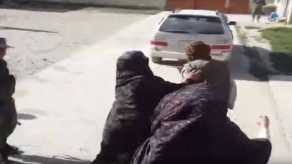 Las mujeres de la familia de Gharibgol agrediendo a su padre por obligarla a casarse a cambio de una cabra
