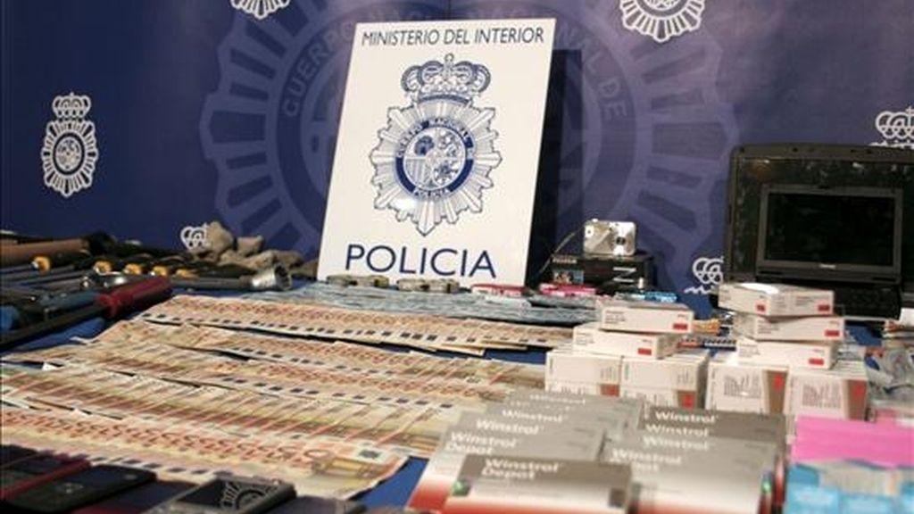 Material incuatado por agentes de la Policía Nacional en una operación en la que ha sido detenidas tres personas que pertenecían a un grupo especializado en robos con fuerza en establecimietos comerciales y naves industriales perpetrados en Madrid y Málaga. EFE
