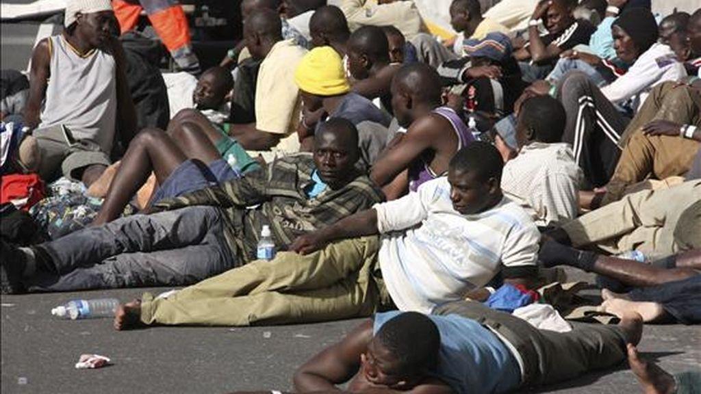 Varios inmigrantes varones, muchos menores de edad, en la isla de La Gomera (Canarias). EFE/Archivo