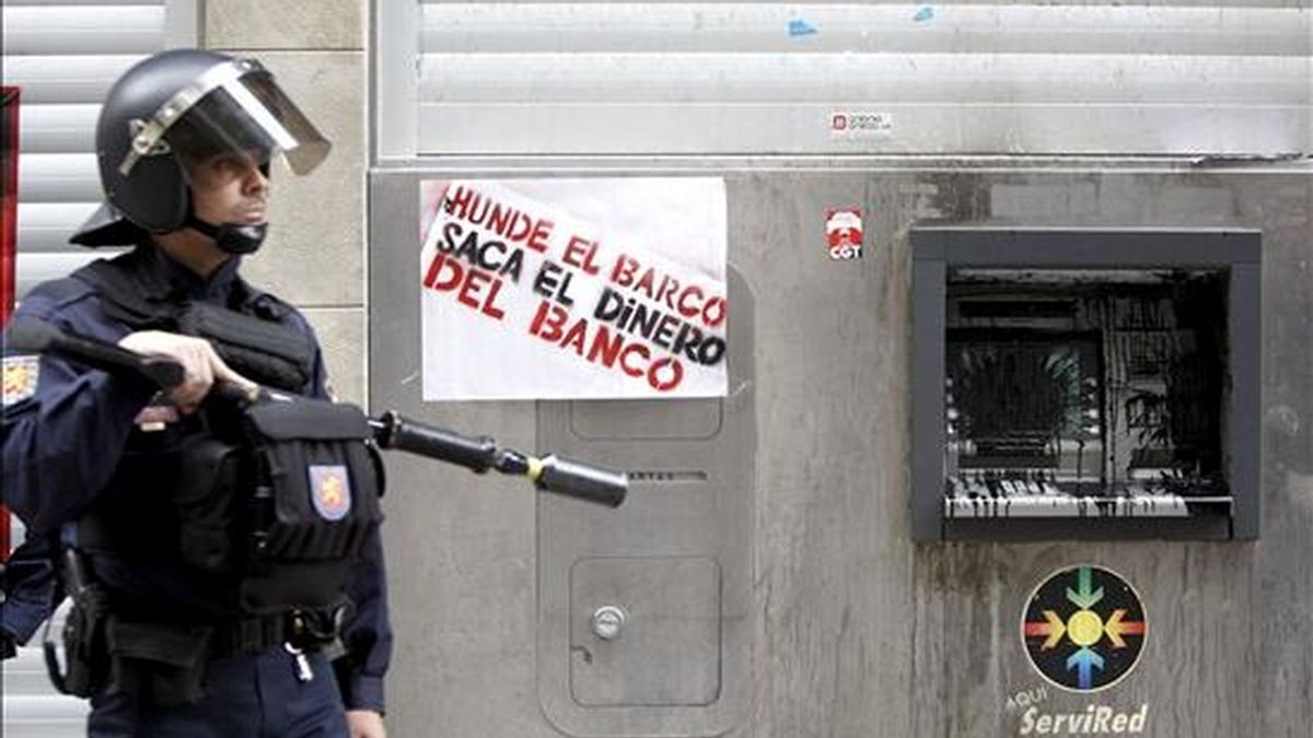 Un policía vigila las inmediaciones de un banco del Casco Viejo de Pamplona. EFE/Archivo