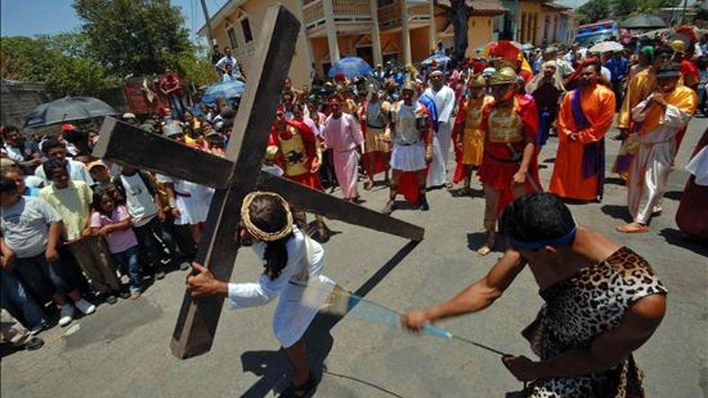 La procesión hizo un recorrido desde el Colegio Teresiano hasta la catedral de la capital en nicaragüense un día soleado y de sofocante calor. EFE