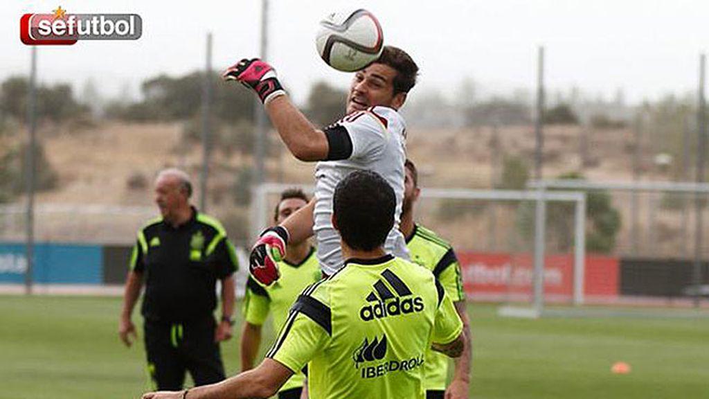 Casillas en un entrenamiento con España