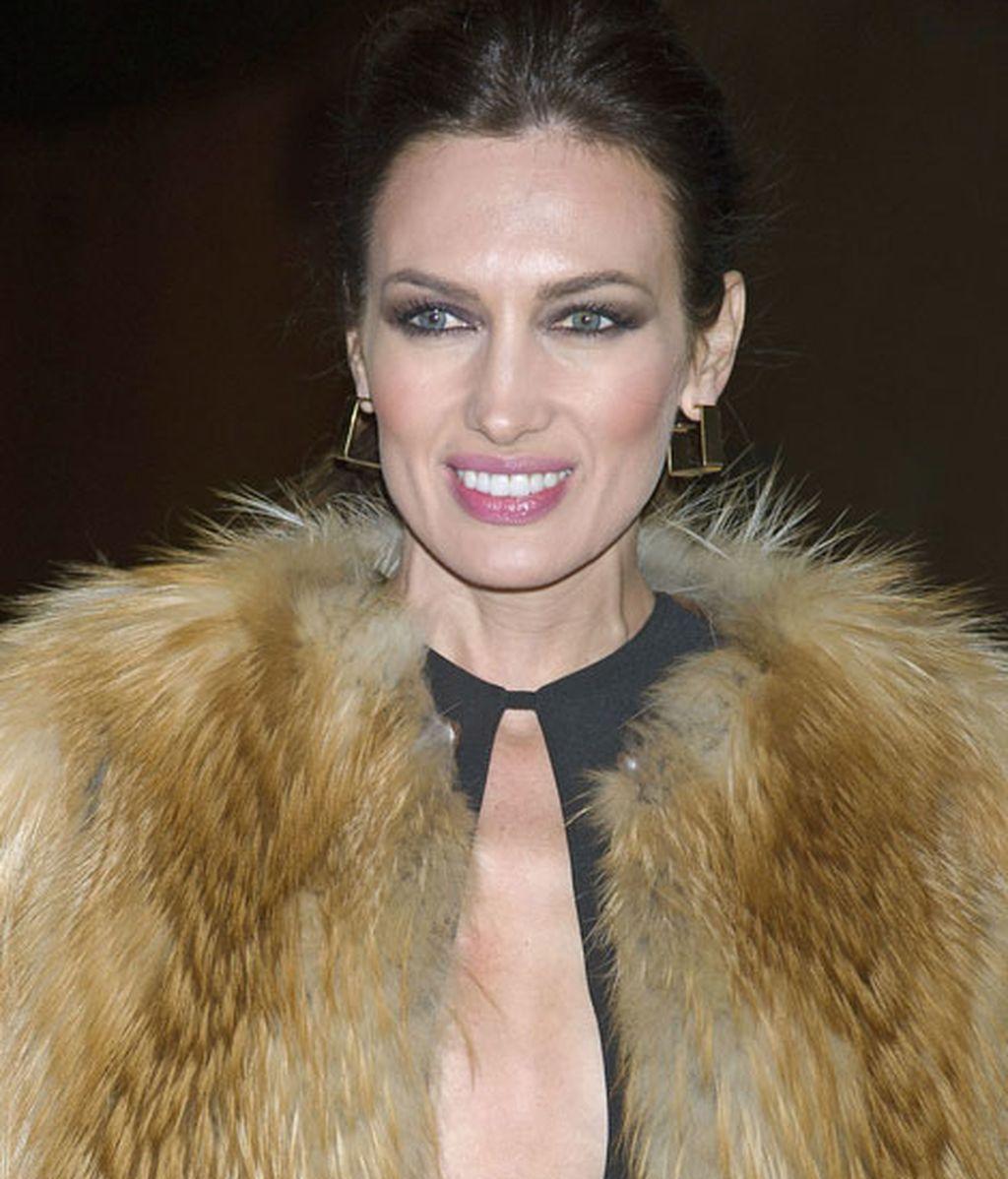 La modelo lució un mini vestido negro con escote en V, de Juanjo Oliva